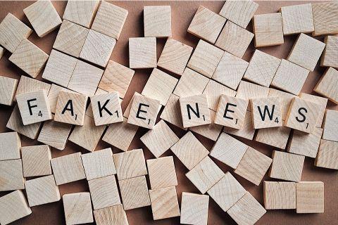 fake news powodują dezinformacje